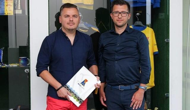 Mariusz Sawa (z lewej) i prezes Motoru Leszek Bartnicki