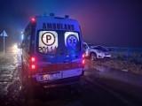 Wypadek luksusowego BMW na drodze między Krystianowem a Śliwnem, w gminie Kuślin. Kierowca rozbił się we mgle i uderzył w barierki [ZDJĘCIA]