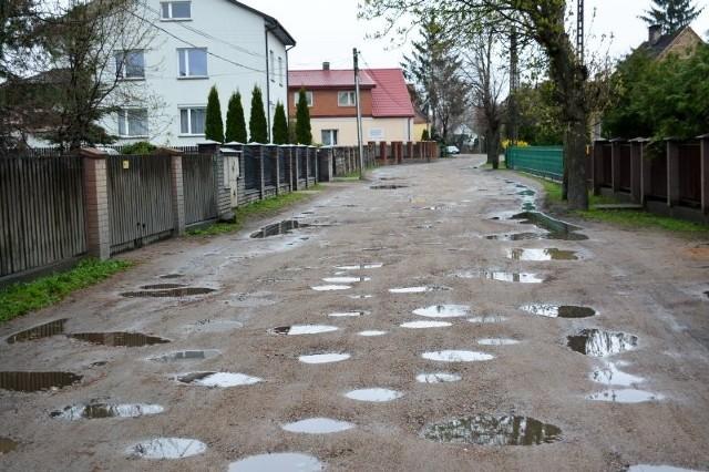 Mieszkańcy żalą się, że po intensywnych opadach deszczu nie da się tędy przejść nie niszcząc butów.