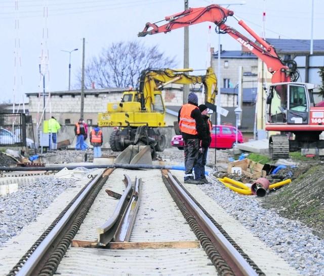 Przypomnijmy, że prace rozpoczęły się w czerwcu ubiegłego roku. W pierwszym etapie prowadzone są przede wszystkim na odcinku Podstolice – Konin, przez co całkowicie zawieszony został ruch pociągów między Wrześnią a Koninem. Obecnie na tej trasie pasażerowie muszą korzystać z zastępczej komunikacji autobusowej, gdyż pociągi dojeżdżają jedynie do Wrześni. To się zmieni już od lipca, kiedy to zakończy się pierwszy etap prac. Te na razie przebiegają zgodnie z planem.– Do tej pory wykonano większość prac w torze nr 2 między Koninem a Podstolicami. Na ukończeniu są prace przy montażu sieci trakcyjnej. W najbliższych dniach rozpoczną się prace przy modernizacji toru nr 1 na odcinku Konin-Podstolice – mówi Zbigniew Wolny, rzecznik wielkopolskiego oddziału PKP Polskich Linii Kolejowych.Przejdź dalej --->