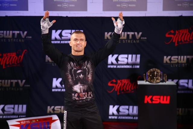 Marcin Wrzosek pochodzi z Bydgoszczy, ale od kilku lat mieszka i trenuje w Łodzi. Był kiedyś mistrzem KSW w kat. piórkowej