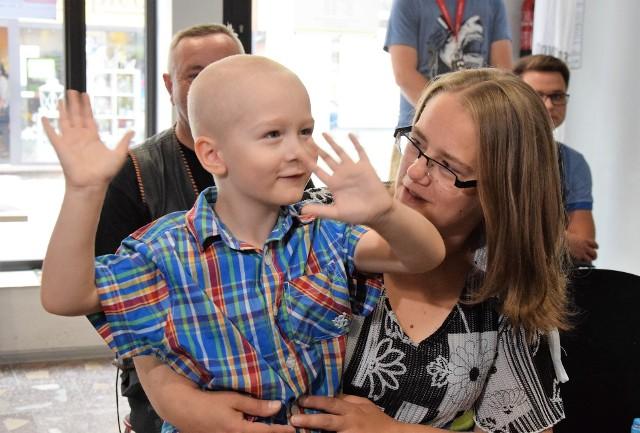 Mały Alex jest pogodnym i uśmiechniętym chłopcem. Jest jednak bardzo chory i pilnie potrzebuje przeszczepu krwiotwórczych komórek macierzystych lub szpiku od dawcy niespokrewnionego