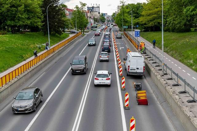 Prace przy murach oporowych wiaduktu na Wasilkowskiej rozpoczęły się od demontażu balustrad. Utrudnienia w ruchu potrwają 1,5 miesiąca.