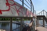 Wandale zdewastowali zamkowy pomost w Szczecinku [ZDJĘCIA]