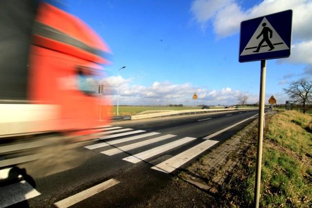 -  Badania sprzed ponad dwóch lat wykazały, ze aż 80 proc. kierowców łamie przepisy drogowe (np. przekracza dozwolona prędkość czy przejeżdża na czerwonym świetle) i tylko 5 proc. pieszych łamie przepisy, np. wbiega na przejście na czerwonym świetle - mówi Paweł Górny z bydgoskiego Stowarzyszenia Społeczny Rzecznik Pieszych.