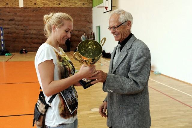 Kapitan SKF KS, Sandra Pierzchała, odbiera puchar za zwycięstwo w turnieju o Puchar Prezesa UKS Rataje ZSO 4 Poznań