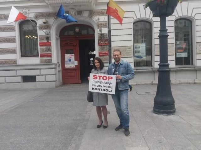 Społecznicy Agnieszka Wojciechowska van Heukelom z Europejskiego Centrum Inicjatyw Obywatelskich i Wojciech Bednarek z Grupy NEO
