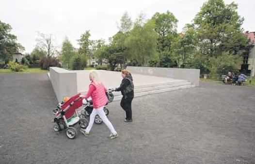 Na placu u zbiegu ul. ks. Stanisława Kostki i Kazimierza Brodzińskiego na Pogodnie ma powstać muszla koncertowa. Do tej pory powstał podest betonowy.