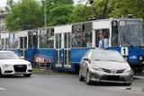 Kraków. Kolizja samochodu z tramwajem na al. Pokoju [ZDJĘCIA, WIDEO]