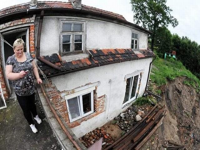 Wiszący na skarpie dom rodziny Soroków, który w każdej chwili może runąć.