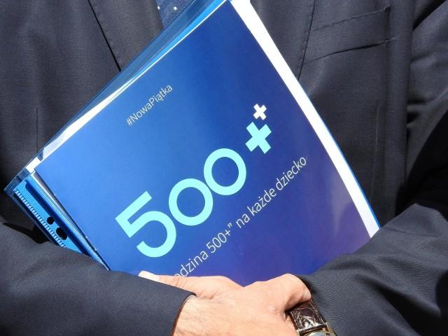 """W 2021 roku narodziły się propozycje, aby """"500 plus"""" waloryzować albo po prostu podwyższyć je do np. 600 zł na dziecko."""