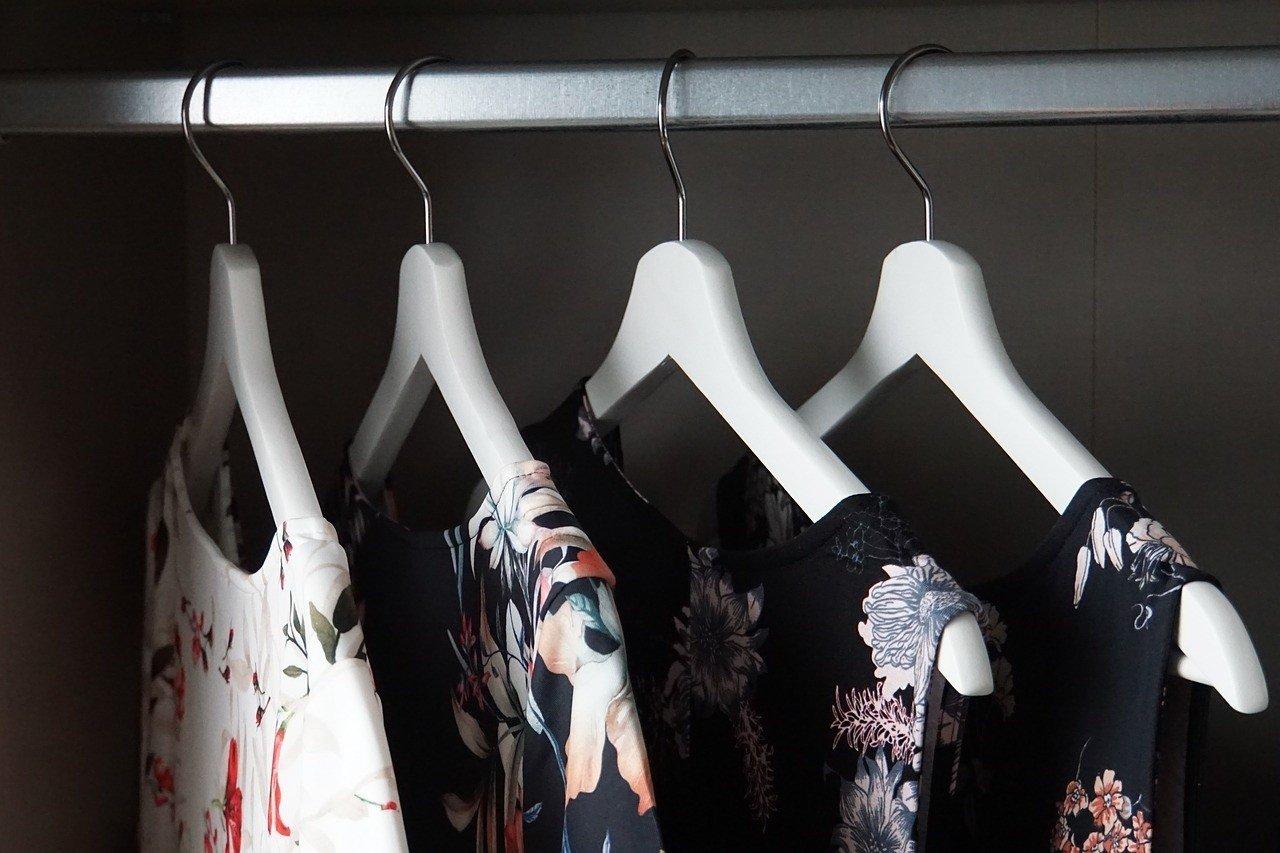 Sukienki na studniówkę 2020. Sprawdź oferty popularnych