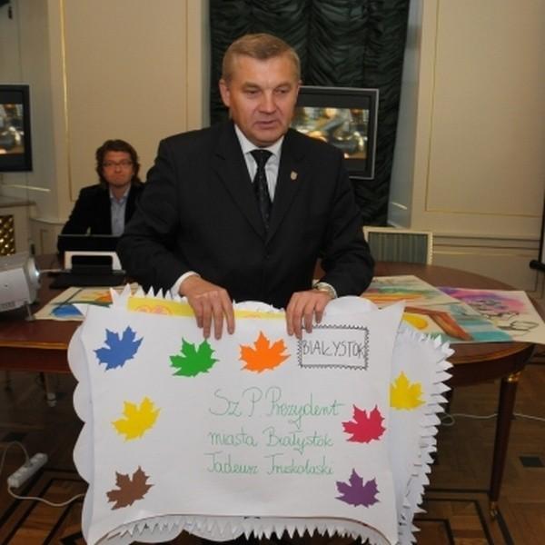 Dzieci wręczyły prezydentowi własnoręcznie wykonane listy, w których znalazły sie ich podziękowania i prośby