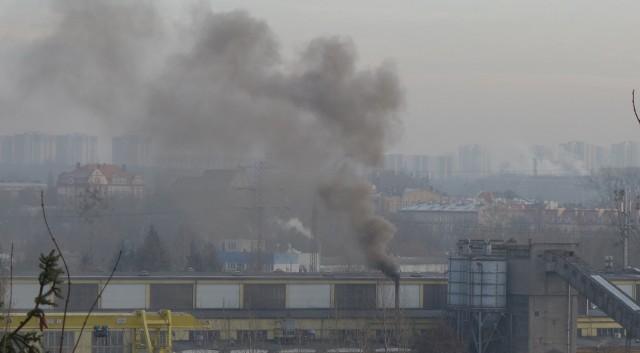 Gęsty dym z fabryk może być wynikiem złego paliwa, spalania śmieci, albo... odpadów z produkcji