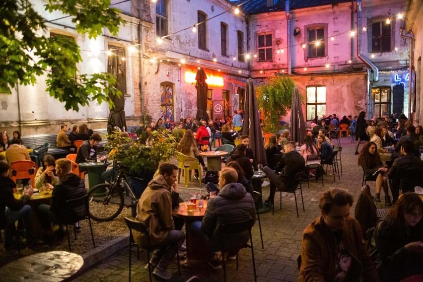 Hala Główna - za dnia kawiarnia z ogromnym ogródkiem, wieczorem tętniący życiem klub - znika z mapy Krakowa.