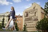 Retrościana, czyli ściana z reklamami jak z przedwojennej gazety