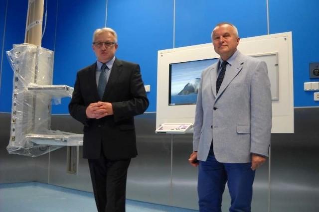 Dr Marek Czerner dyrektor medyczny OCR (z lewej) i Bogusław Wierdak, przewodniczący sejmiku województwa opolskiego.
