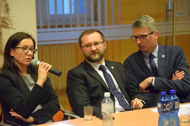 Od lewej: prezes Powiatowego Centrum Zdrowia w Kluczborku Sylwia Jarczewska, starosta kluczborski Mirosław Birecki, wicestarosta Rafał Neugebauer.