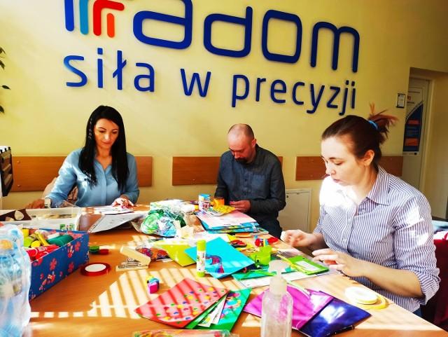 Wolontariusze przygotowali paczki dla pielęgniarek z oddziałów dwóch szpitali w Radomiu.