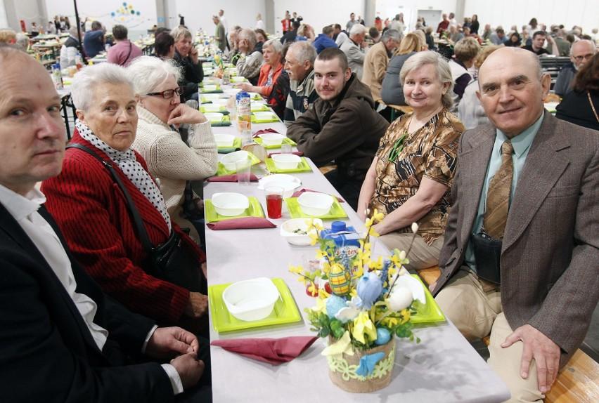 Zjedli świąteczne śniadanie w hali Expo, samotni z całej Łodzi zasiedli przy wspólnych stołach