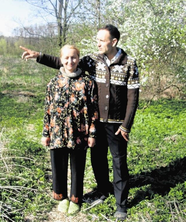 Jarosław Szczęsny Binkowski z żoną Małgorzatą w ogrodzie. W powiecie miechowskim odnaleźli swoje miejsce do życia.