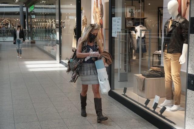 W poniedziałek ( 4 maja) znów otworzyły się sklepy w galeriach handlowych. Było prawie normalnie, ale zakupy w maseczkach nie sprawiały klientom takiej przyjemności jak dawniej. Do centrów handlowych poszli ci, którzy mieli coś do kupienia.CZYTAJ DALEJ NA KOLEJNYCH SLAJDACH