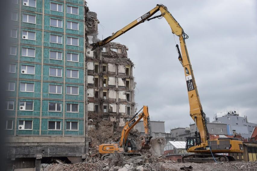 Rozbiórka konstrukcji hotelu Silesia w Katowicach trwa już
