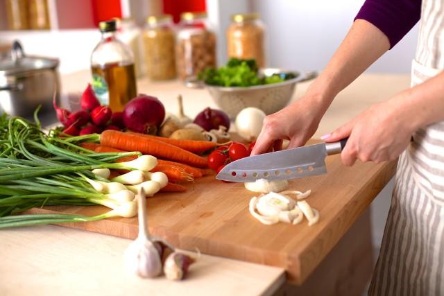 Zdrowa dieta to nie tylko wybór naturalnej żywności. Nawet najlepszy produkt może stracić swoje cenne właściwości, a nawet stać się źródłem szkodliwych związków, jeśli będzie nieodpowiednio przechowywany i przygotowany do spożycia.Dbanie o zdrową dietę zaczyna się już na zakupach, jednak to w kuchni mamy największy wpływ na to, czy wybrane przez nas produkty zachowają swoje wartości. Przyrządzając dania warto wybierać techniki i kuchenne sprzęty, które nie będą powodować rozpadu cennych składników żywności ani zanieczyszczać jej szkodliwymi substancjami.Sprawdź, jak unikać 10 najczęściej popełnianych kuchennych błędów!