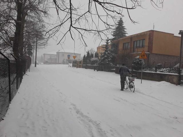 Ulica Kościuszki, którą wczoraj pokrył śnieg, wymaga remontu.Rada zdecydowała, że w tym roku zostanie przeprowadzony