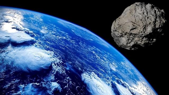 Astronomowie uspokajają, asteroida Apophis nie uderzy w nasz glob i minie Ziemię w odległości 17 mln kilometrów. Ciało niebieskie będzie można obserwować przy wykorzystaniu teleskopów.