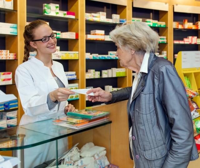 Starsze osoby często rezygnują z zakupu leku, ponieważ w aptece okazuje się, że jest dla nich za drogi
