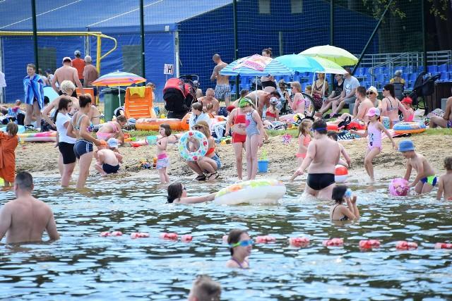 Plaża miejska Dojlidy. Każdy letni weekend ściąga tłumy plażowiczów