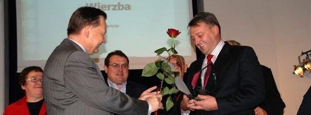 Starosta Zbigniew Deptuła odbiera nagrodę z rąk marszałka Adama Struzika