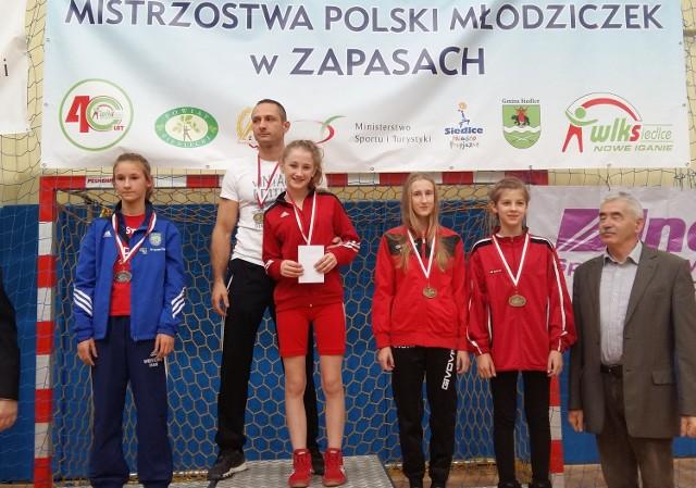 Klaudia Zalewska (MLKS Świecie, druga od prawej, z długimi włosami) na podium mistrzostw Polski w Siedlcach, z brązowym medalem