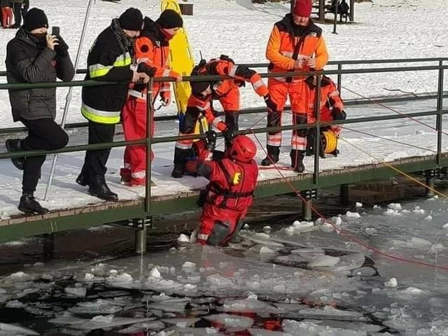 Ćwiczenia strażaków z ratownictwa lodowego.