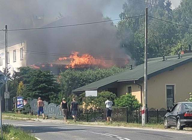 Ogień pojawił się w czwartek około godziny 15. W akcji gaśniczej brały udział cztery jednostki straży pożarnej.
