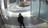 Na dworcu w Będzinie grasuje kieszonkowiec. Policja szuka podejrzanego. Znacie go? WIDEO + ZDJĘCIA