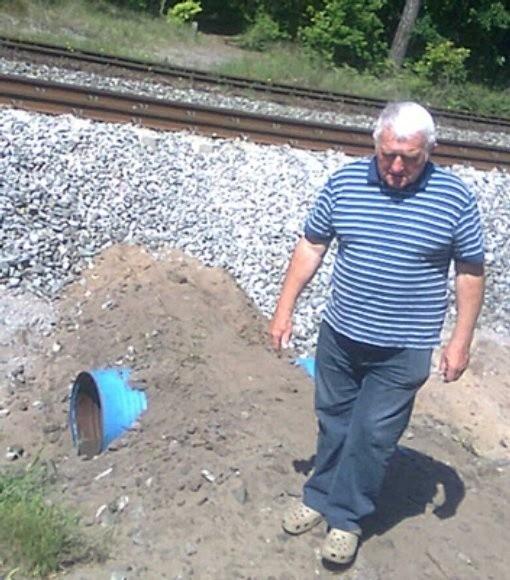 Na zdjęciu Tadeusz Rachszawa z zarządu osiedla Przytór, w miejscu gdzie mieszkańcy przechodzą przez tory, aby dojść do plaży.