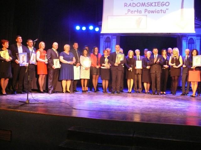 Laureaci nagród Perły Powiatu w towarzystwie organizatorów konkursu na scenie Resursy Obywatelskiej, gdzie odbyła się gala wręczenia nagród.