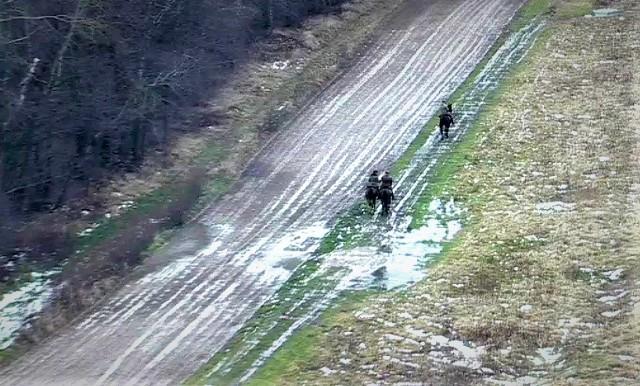 Trzech mężczyzn konno jechało po pasie drogi granicznej w okolicach Budomierza.