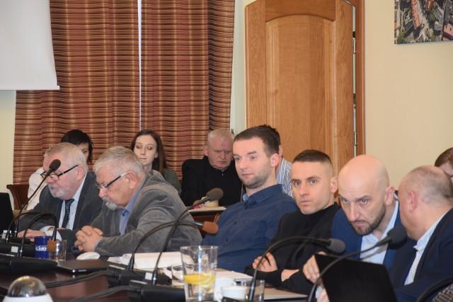 Ostatnia sesja rady miejskiej w tradycyjny sposób odbyła się w lutym br. Od tego czasu obradu toczą się zdalnie i z problemami, bo słabo słychać niektóre wypowiedzi