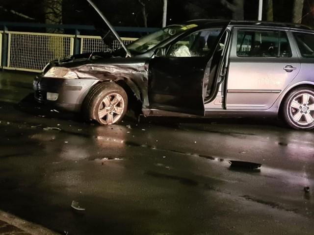 Wieczorny wypadek przy małym moście w Obornikach. Jedna osoba jest poszkodowana