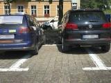Parkingowa gimnastyka na Placu Zwycięstwa. Czy miejsca parkingowe na placu są za małe?