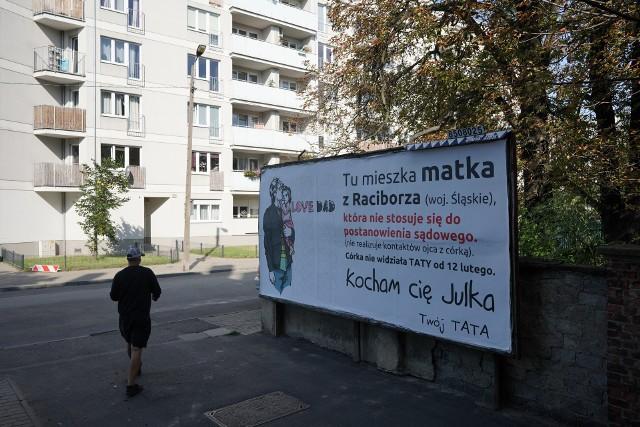 """Mieszkaniec Raciborza wywiesił bilbord w pobliżu domu w Poznaniu. """"Tu mieszka matka, która (...) nie realizuje kontaktów ojca z córką"""""""