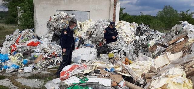 Ogromne hałdy śmieci zlokalizowali gogolińscy strażnicy miejscy.