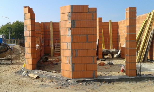 Budowa domu to duże przedsięwzięcie i wymaga starannego przygotowania, jeszcze zanim zaczniemy jakiekolwiek prace budowlane.