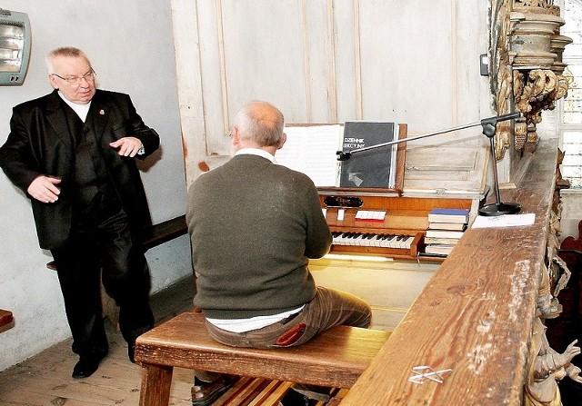 Ks. Andrzej Regent podczas naprawy zabytkowych organów w kościele w Topolnie