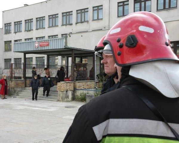Na miejsce zostały natychmiast wezwane wszystkie służby ratownicze. Karetki pogotowia odwoziły poszkodowane dzieci do dwóch białostockich szpitali. Strażacy starali się zidentyfikować rozpyloną substancję.