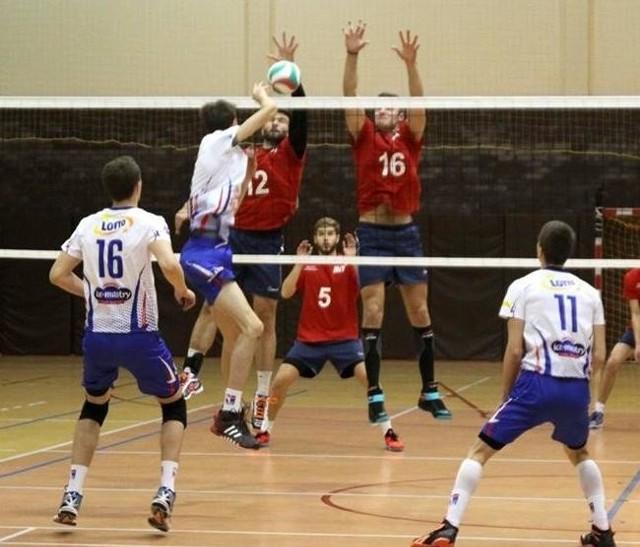 KPS Kęty (białe stroje) wykorzystał atut własnej hali, sięgając po pierwsze punkty w Krispol I lidze siatkarzy,