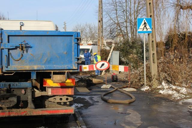 Awaria wodociągowa na ul. Zakopiańskiej, jak informuje Aquanet, może potrwać do godzin południowych.